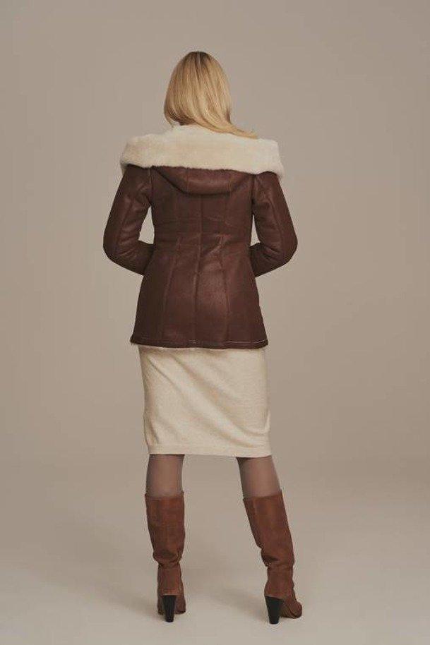 Kożuch damski naturalny z kapturem brązowy - Kurtka skórzana damska zimowa